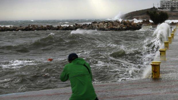 Ураган доаѓа кон Грција: Училиштата не работат, траектите не сообраќаат (ФОТО)