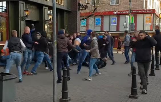 ВИДЕО: Брутална тепачка на руски хулигани