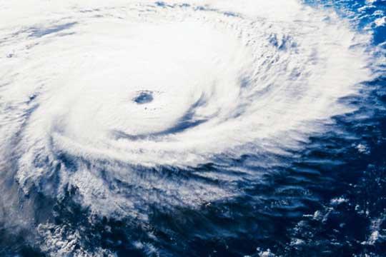 Дориан прерасна во ураган- еве каде се движи