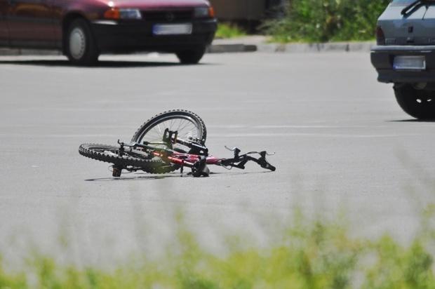 Товарно возило удри во дете велосипедист, хоспитализирано со тешки повреди