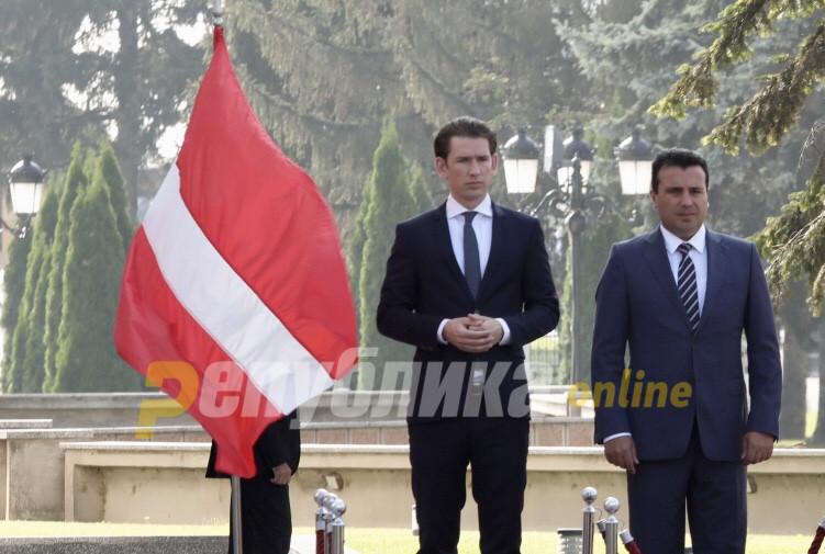 ФОТО: Курц пречекан со погрешно знаме пред Владата
