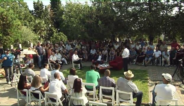 """Заев со транспарент """"Само една има вистина, има една Македонија"""" пречекан во Валандово, мал број граѓани на неговата трибина (ФОТО)"""