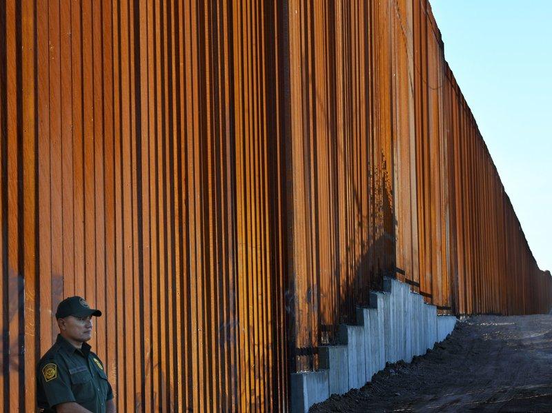 САД распоредуваат 5.200 војници на границата со Мексико