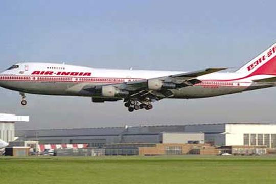 """Авион на """"Ер Индија"""" удри во ѕид при полетувањето"""