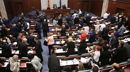 Собранието го чека предлогот од Владата за уставни измени, но и распуштањето е на маса