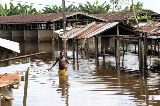 Во поплавите во Нигерија загинаа речиси 200 луѓе