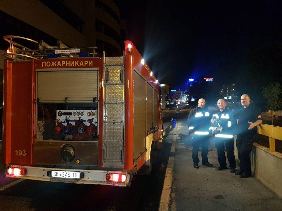 Вистински херои: Скопските пожарникари спасија заглавено маче во канализацијата под Кале (ФОТО)