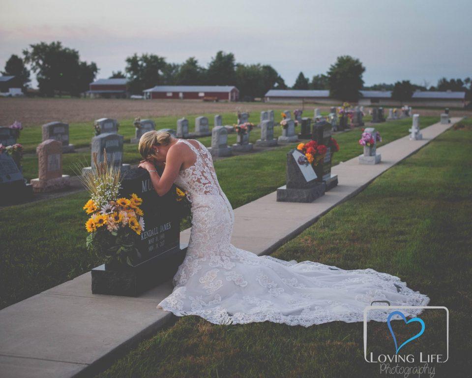 Облече невестински фустан на денот на венчавката и отиде на неговиот гроб, а тоа што следуваше таму ќе ви го распука срцето (ФОТО)
