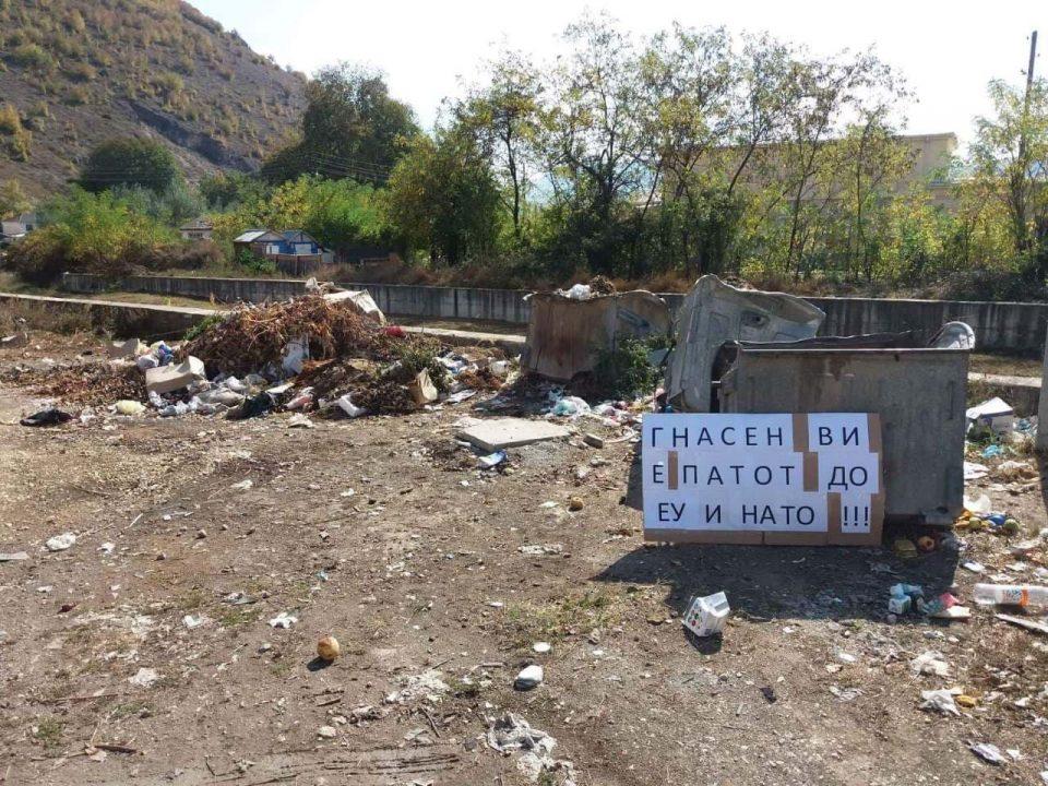 """Кичевчани порачаа: """"Гнасен ви е патот до ЕУ и НАТО"""" (ФОТО)"""