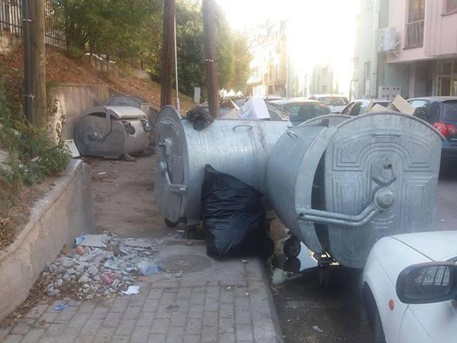 ФОТО: Тротоарите во Центар налик депонии