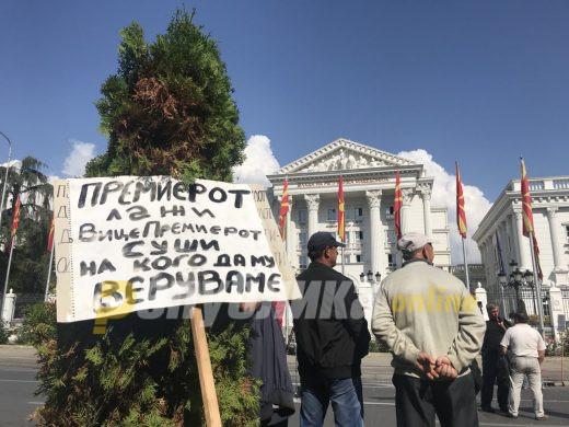 (ФОТО) Вработените во Еурокомпозит повторно штрајкуваат пред Влада: Премиерот лаже, вицепремиерот суши