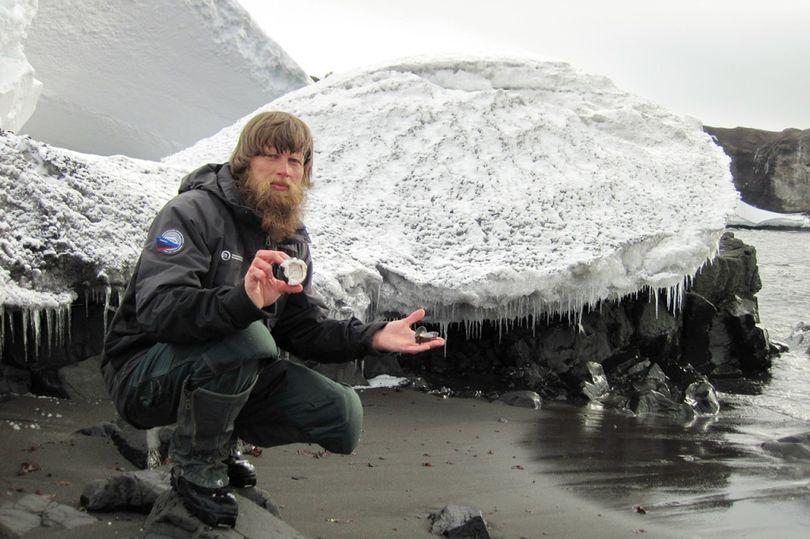 ФОТО: Драма на Антарктикот – Научник избодел со нож колега бидејќи му го раскажал крајот на книгата