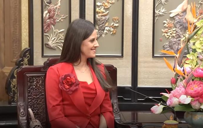 Долго време беше во сенка: Облечена во црвено од глава до пети, сопругата на Вучиќ ја посети Кина (ВИДЕО)