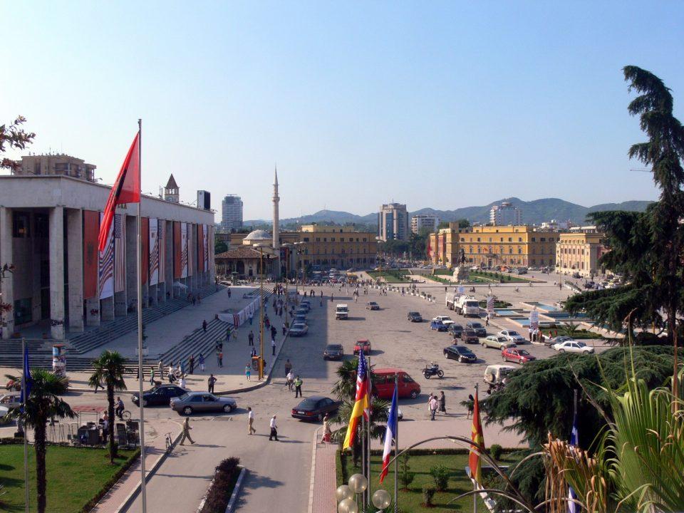 Албанија ги продава старите авиони,бродови и возила за старо железо