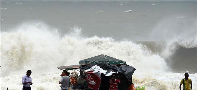 Силен циклон ја зафати Индија, околу 300.000 луѓе се евакуирани