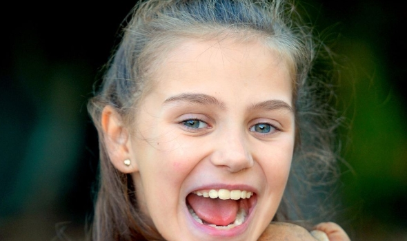 Пробајте да го запознаете ова слатко девојче: Таа има 25 имиња, нема шанси да запомните како се вика (ФОТО)