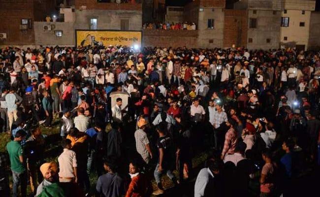 Хорор во Индија: Воз удри во голема група луѓе, најмалку 61 загинат (ФОТО)