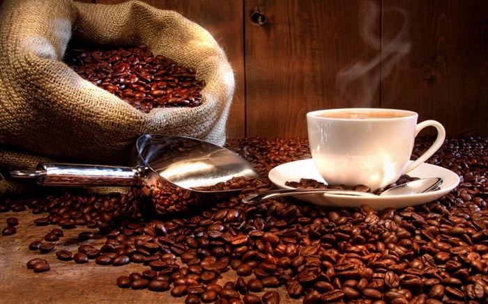 Нутриционисти: Никогаш не пијте кафе во овие два часа