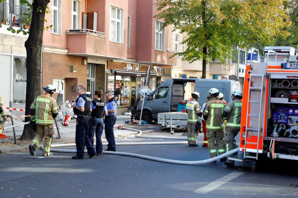 Комбе влета во кафуле во Берлин, повредени неколку лица