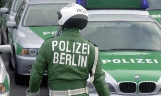 Неколкумина повредени откако возило влета во кафуле во Берлин