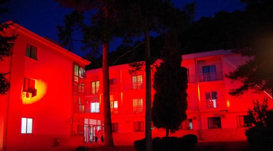 Кардиолошкиот завод во Охрид во црвена илуминација по повод Светскиот ден на срцето