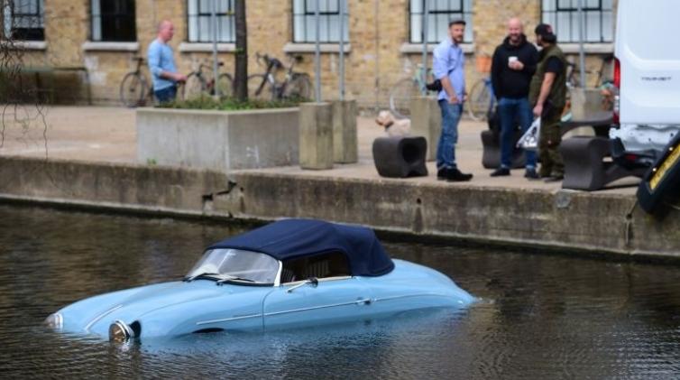 Сопственикот е баксуз: Погледнете како го уништија неговиот луксузен автомобил