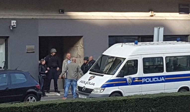 Уапсен маж со пушка во близина на зградата на Колинда