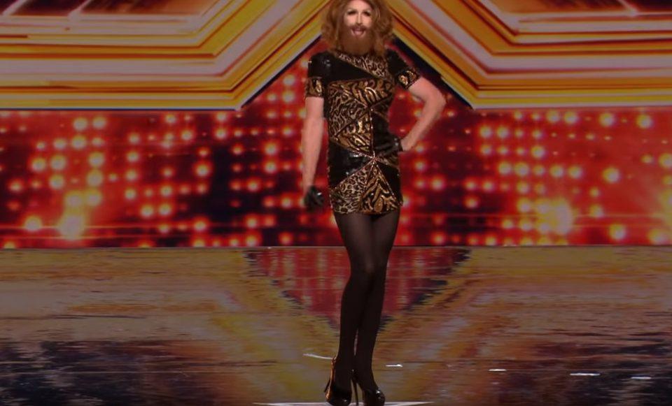 Маж излезе на сцена облечен како жена: Кога запеа, дури и Сајмон беше во шок (ВИДЕО)