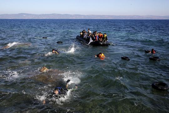Деветмина загинати при потонување на чамец со мигранти во близина на Измир
