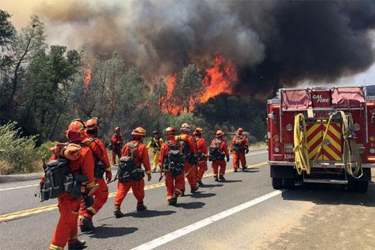 Евакуирани лица, повредни пожарникари: Пожари избија близу Лисабон