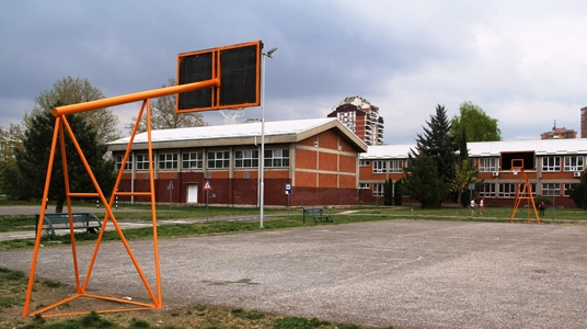 Откако ученичка беше фрлена од прозор, се огласија министерството и општина Аеродром