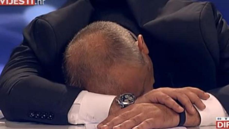 ХИТ ВО РЕГИОНОТ: Хрватски новинар заспа слушајќи го говорот на премиерот Пленковиќ (ВИДЕО)