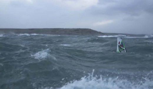 Сурфер пронајден жив кај Трст по 24 часа поминати во морето