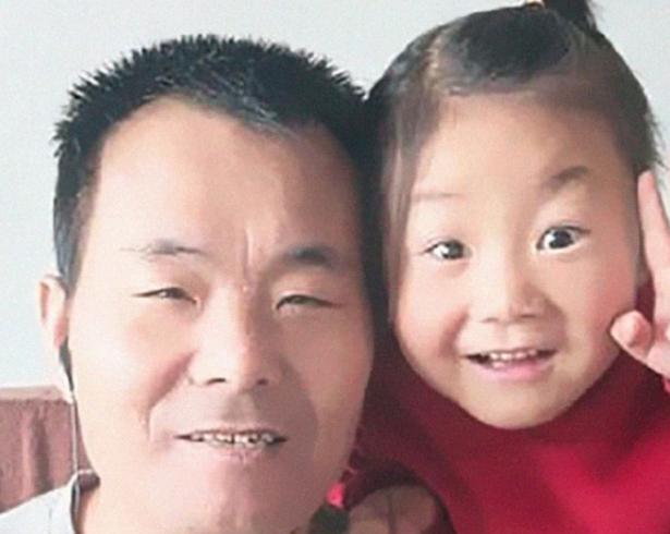 Мало дете, голем херој: 6-годишно девојче се грижи за парализираниот татко откако мајката ги напушти (ВИДЕО)