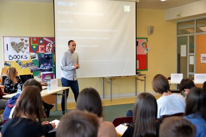 Тренерот на вардарци одржа предавање меѓу осмооделенци во Скопје