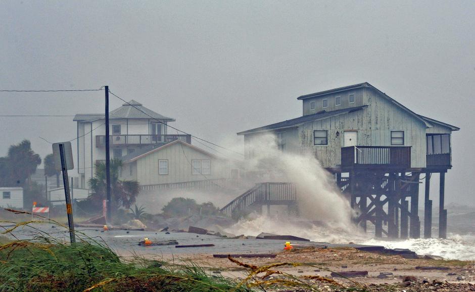 Две лица загинаа во ураганот Мајкл, околу 320.000 не успеале да се евакуираат