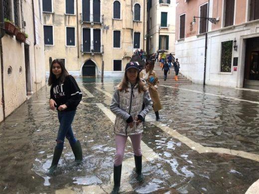 Луди фотографии од Венеција: Градот плива под вода, а туристите одат во шопинг
