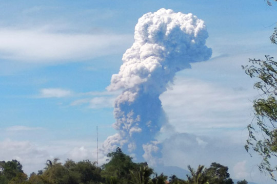 Нов ужас во Индонезија: Ерупција на вулкан после земјотресот и цунамито