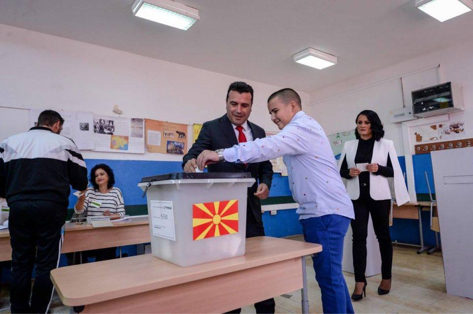 """Сега пак ќе го """"ребрат"""" Грците: Заев покрај карта од """"Голема Македонија"""" гласаше за промена на името на државата (ФОТО)"""