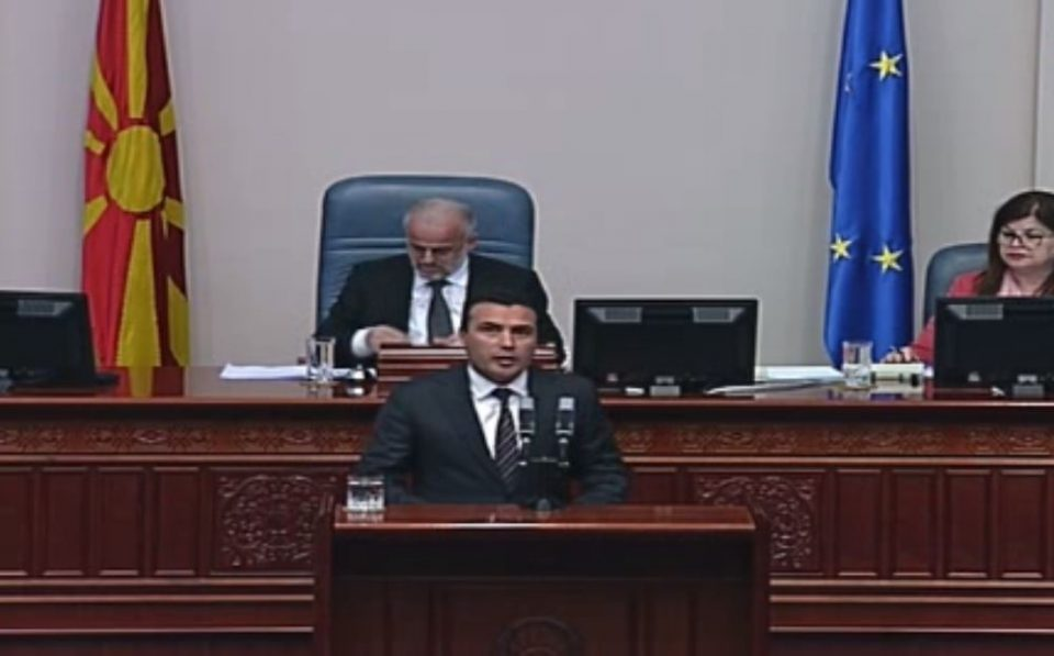 Заев во Собрание како на тезга: Нуди амнестија за 27 април, за да се гласа за договорот со Грција