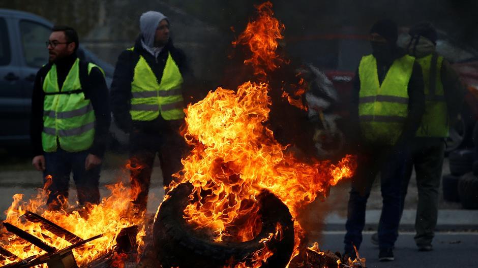 """По Франција блокади и во Белгија: """"Жолтите елеци"""" се судрија со полицијата и запалија цистерна"""