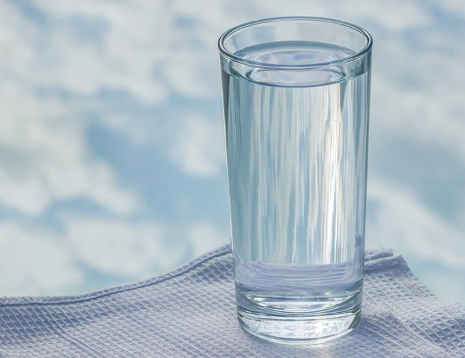 Лекари: Пиењето многу вода е опасно за здравјето