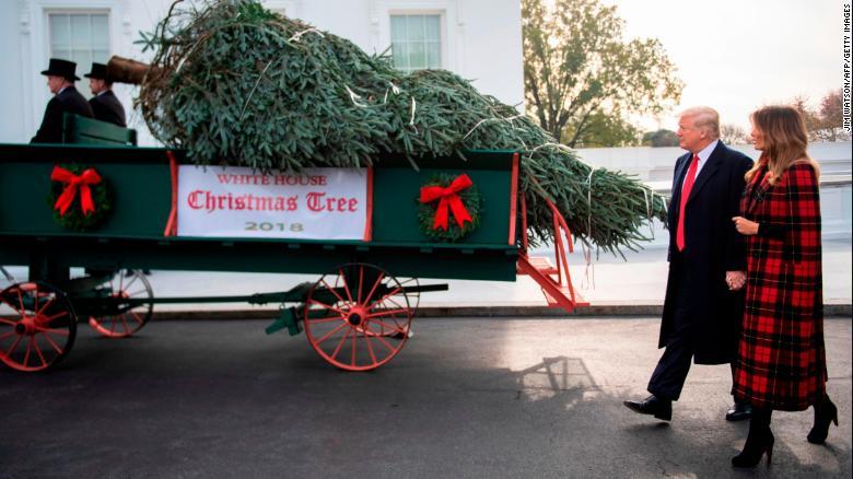 ФОТО: Доналд и Меланиja Трамп ја добија новогодишна елка за Белата куќа