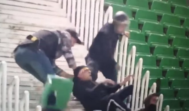 ВОЗНЕМИРУВАЧКО ВИДЕО: Полицаец крвнички тепа навивач во Алжир