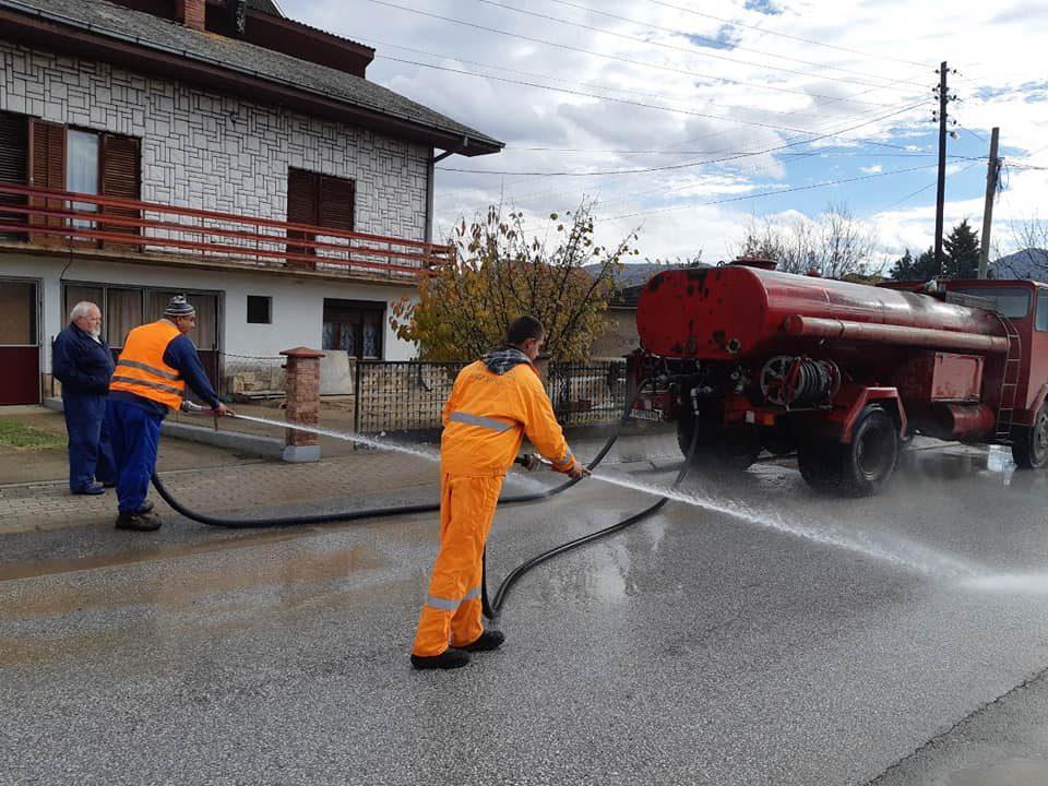 ФОТО: Продолжува акцијата за миење на улиците во Кавадарци