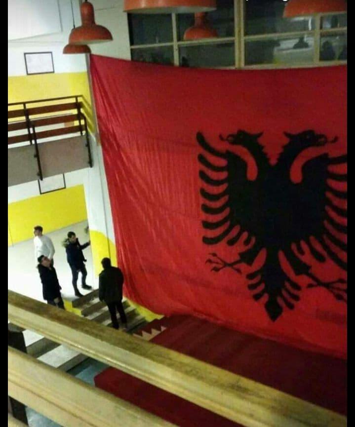 ФОТО: Се вее албанското знаме во школо во Струга