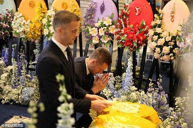 Емоции еден тон: Неколку часа по победата фудбалерите на Лестер допатуваа на погребот на нивниот сопственик во Тајланд (ФОТО)