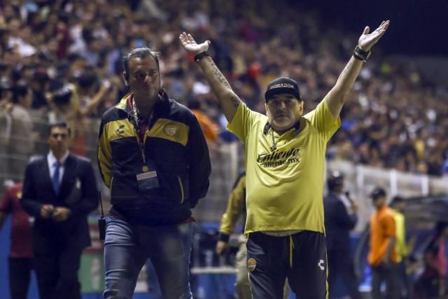 Шоу на Марадона: Се испокара со противничкиот тренер, па доби црвен картон и овации (ВИДЕО)