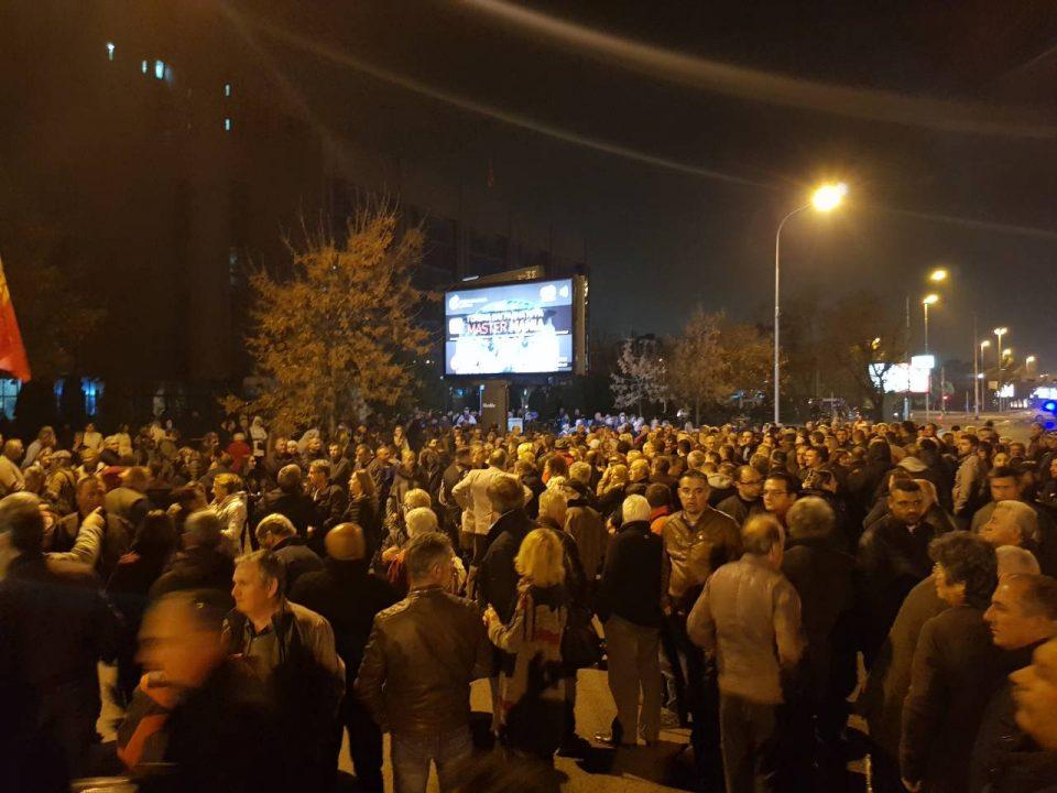 (ФОТО) Голем број граѓани се собраа на протестот за поддршка за Груевски, порачуваат неговата борба е и наша борба
