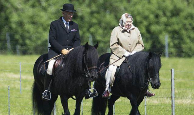 Што значи кралски живот: Кралицата Елизабета и на 92 години јава коњ (ФОТО)